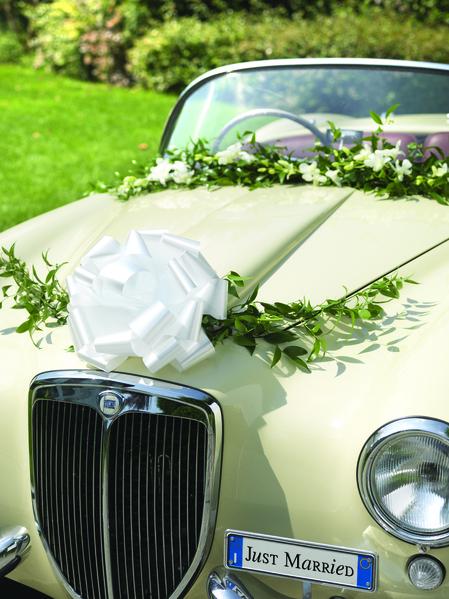 dekorera bil till bröllop